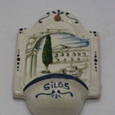 Antigüedades: PILA BENDITERA DE SANTO DOMINGO DE SILOS 2002 CERÁMICA VITRIFICADA PINTADA A A MANO 11 CM X 7CM. Lote 193367765