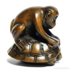Antiquités: NETSUKE JAPONÉS DE MADERA, FIRMADO , MONO SOBRE TORTUGA , PERIODO MEIJI. Lote 193380886