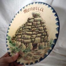 Antiquités: PLATO DETALLE MENORCA - FIRMADA PUIGDEMONT 28 CM DIAMETRO - CERÁMICA VIDRIADA - TALAYOT. Lote 193425175
