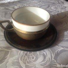Antigüedades: TAZA DE DESAYUNO O CHOCOLATE EN OPALINA Y METAL PLATEADO. Lote 193446302