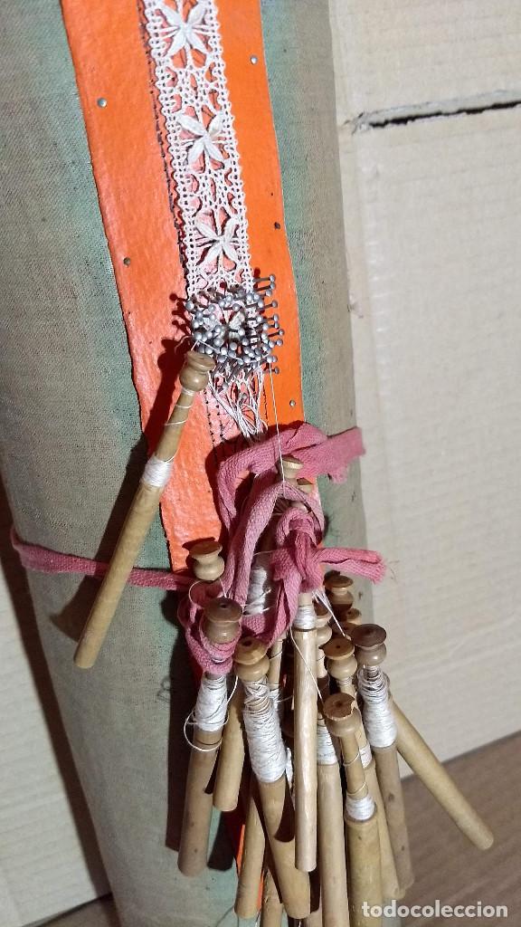 Antigüedades: Gran lote encaje de bolillos. Con muchos bolillos y plantillas de muestra. Ver descripción y fotos - Foto 3 - 193637556