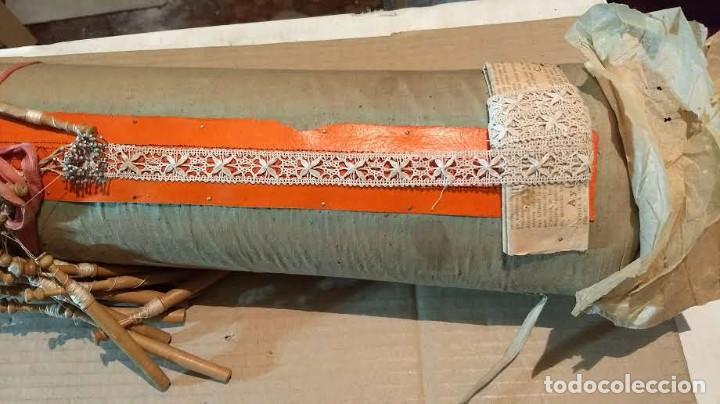 Antigüedades: Gran lote encaje de bolillos. Con muchos bolillos y plantillas de muestra. Ver descripción y fotos - Foto 11 - 193637556