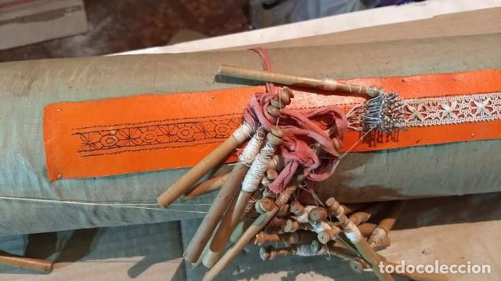 Antigüedades: Gran lote encaje de bolillos. Con muchos bolillos y plantillas de muestra. Ver descripción y fotos - Foto 12 - 193637556
