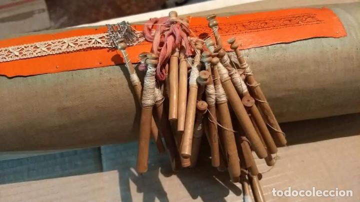 Antigüedades: Gran lote encaje de bolillos. Con muchos bolillos y plantillas de muestra. Ver descripción y fotos - Foto 17 - 193637556