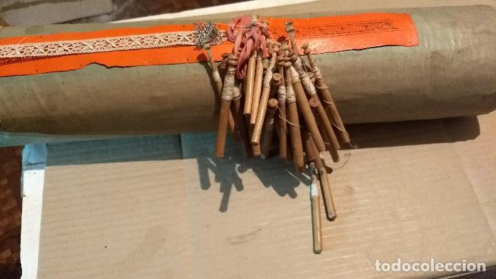 Antigüedades: Gran lote encaje de bolillos. Con muchos bolillos y plantillas de muestra. Ver descripción y fotos - Foto 18 - 193637556