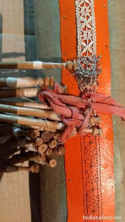 Antigüedades: Gran lote encaje de bolillos. Con muchos bolillos y plantillas de muestra. Ver descripción y fotos - Foto 19 - 193637556