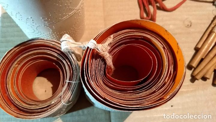 Antigüedades: Gran lote encaje de bolillos. Con muchos bolillos y plantillas de muestra. Ver descripción y fotos - Foto 27 - 193637556