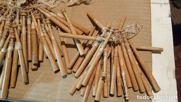 Antigüedades: Gran lote encaje de bolillos. Con muchos bolillos y plantillas de muestra. Ver descripción y fotos - Foto 30 - 193637556