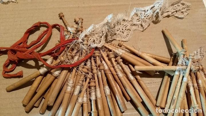 Antigüedades: Gran lote encaje de bolillos. Con muchos bolillos y plantillas de muestra. Ver descripción y fotos - Foto 33 - 193637556