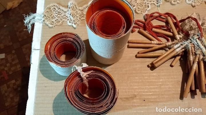 Antigüedades: Gran lote encaje de bolillos. Con muchos bolillos y plantillas de muestra. Ver descripción y fotos - Foto 5 - 193637556