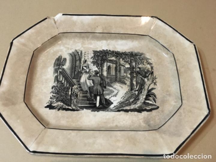 (M) ANTIGUA FUENTE DE CARTAGENA . ESCENA ROMÁNTICA . 35X27 CM. VER FOTOGRAFÍAS GOLPE EN UNA ESQUINA (Antigüedades - Porcelanas y Cerámicas - Cartagena)