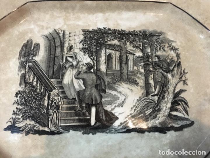 Antigüedades: (M) ANTIGUA FUENTE DE CARTAGENA . ESCENA ROMÁNTICA . 35X27 CM. VER FOTOGRAFÍAS GOLPE EN UNA ESQUINA - Foto 2 - 193735395