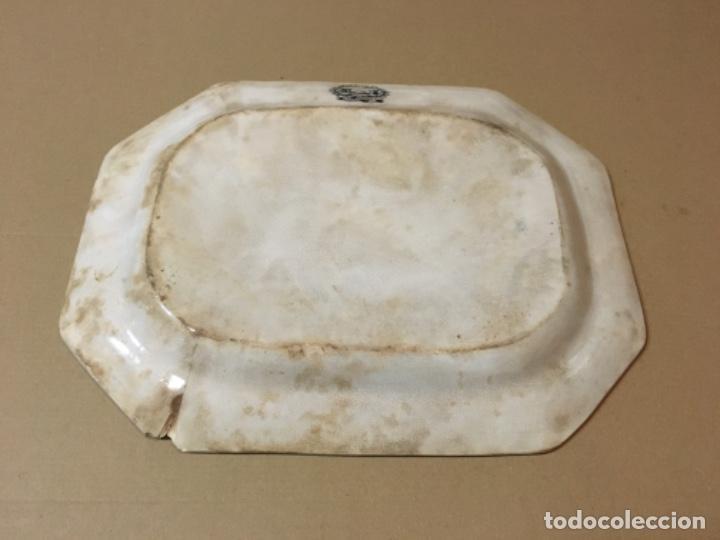Antigüedades: (M) ANTIGUA FUENTE DE CARTAGENA . ESCENA ROMÁNTICA . 35X27 CM. VER FOTOGRAFÍAS GOLPE EN UNA ESQUINA - Foto 4 - 193735395