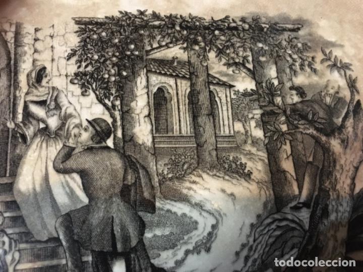 Antigüedades: (M) ANTIGUA FUENTE DE CARTAGENA . ESCENA ROMÁNTICA . 35X27 CM. VER FOTOGRAFÍAS GOLPE EN UNA ESQUINA - Foto 6 - 193735395