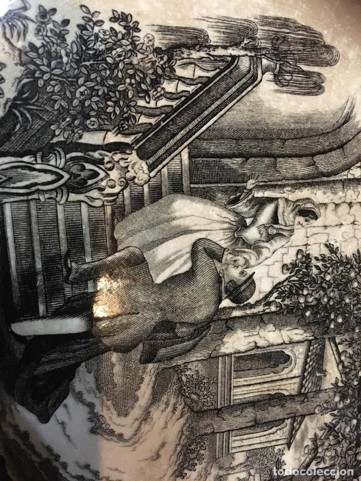 Antigüedades: (M) ANTIGUA FUENTE DE CARTAGENA . ESCENA ROMÁNTICA . 35X27 CM. VER FOTOGRAFÍAS GOLPE EN UNA ESQUINA - Foto 7 - 193735395