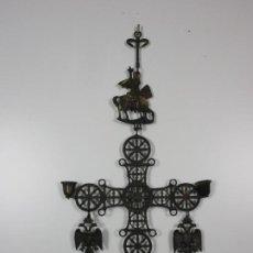 Antigüedades: CURIOSA CRUZ DE SAN JORGE - METAL CINCELADO - CANDELABROS - PARA COLGAR - PRINCIPIOS S. XX. Lote 193781093