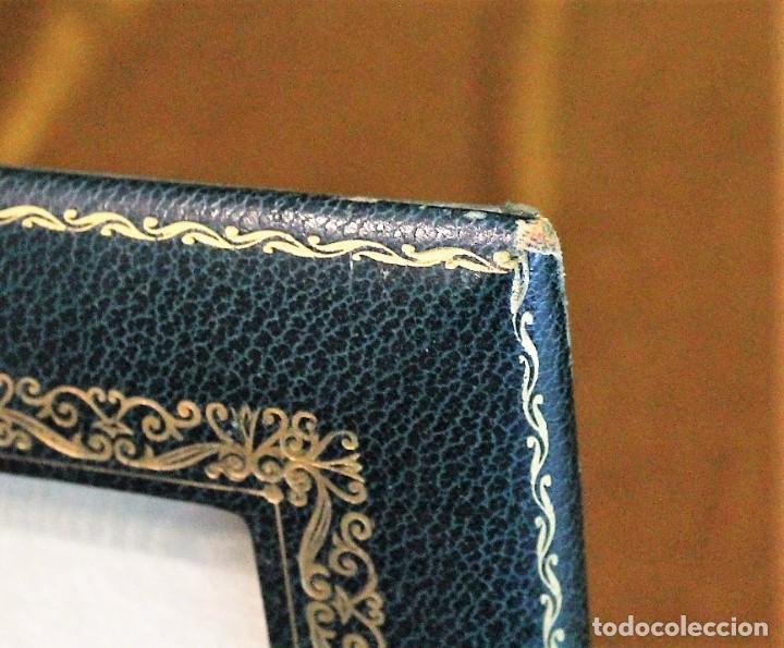 Antigüedades: Antiguo portaretrato piel, color verde, gofrado en oro, 24 x 30 cm,esquinas desgastadas. - Foto 2 - 193803491