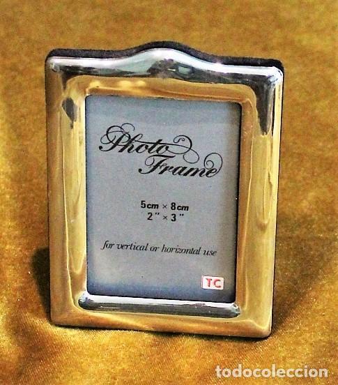 PEQUEÑO PORTARETRATO PLATEADO, 5 X 8 CM, PARTE POSTERIOR TERCIOPELO (Antigüedades - Hogar y Decoración - Portafotos Antiguos)