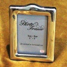 Antigüedades: PEQUEÑO PORTARETRATO PLATEADO, 5 X 8 CM, PARTE POSTERIOR TERCIOPELO. Lote 193807913