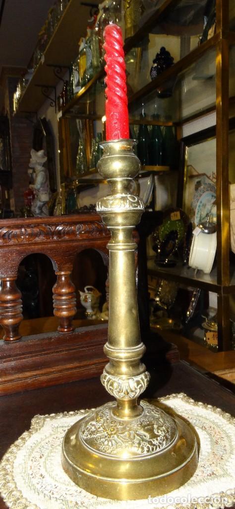 CANDELABRO ANTIGUO BRONCE TRABAJO DE ORFEBRERIA (Antigüedades - Religiosas - Orfebrería Antigua)
