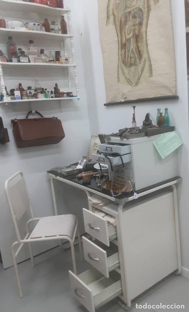 Antigüedades: Mesa de despacho médico. Años 50. Incluye silla metálica. - Foto 2 - 193829001
