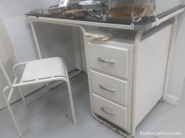 Antigüedades: Mesa de despacho médico. Años 50. Incluye silla metálica. - Foto 3 - 193829001
