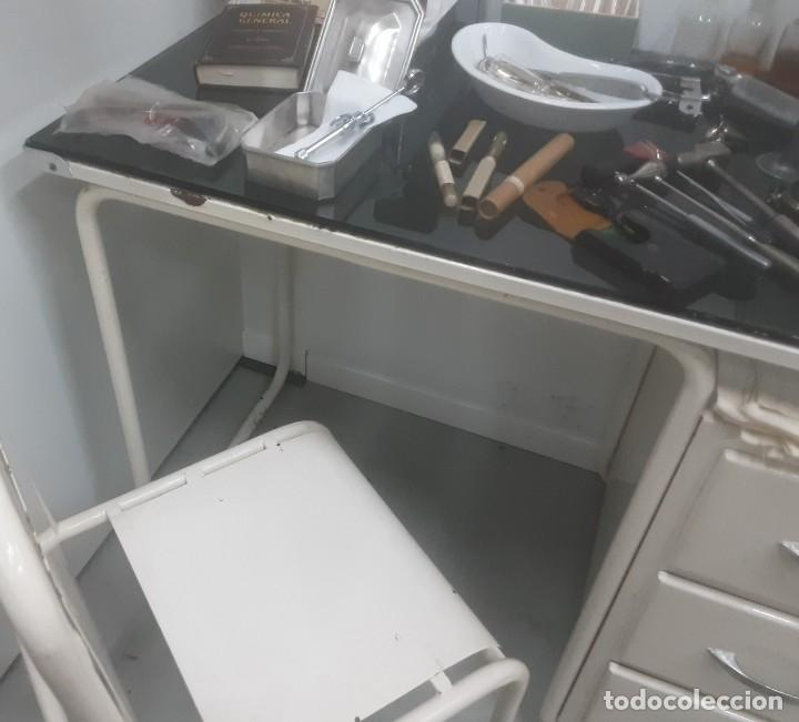 Antigüedades: Mesa de despacho médico. Años 50. Incluye silla metálica. - Foto 4 - 193829001