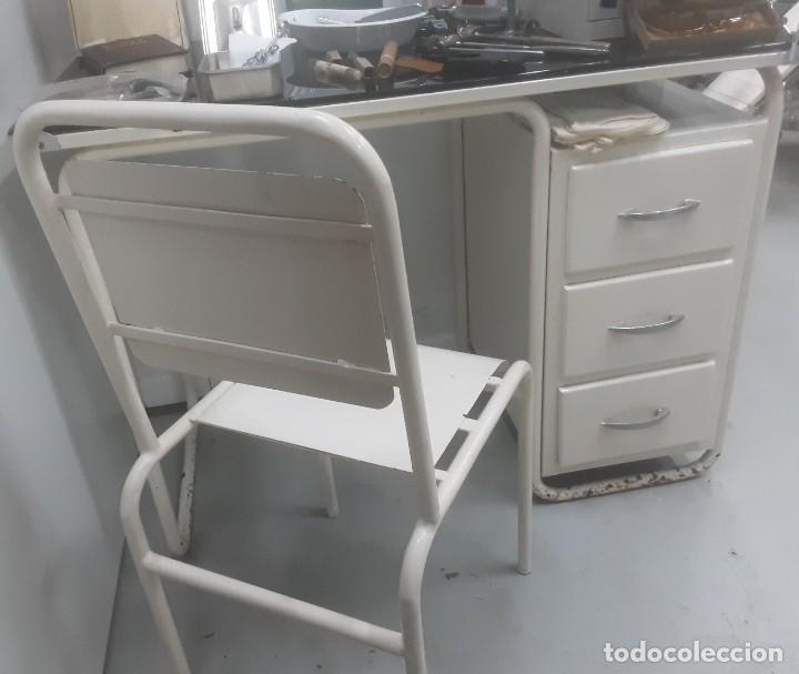 Antigüedades: Mesa de despacho médico. Años 50. Incluye silla metálica. - Foto 6 - 193829001