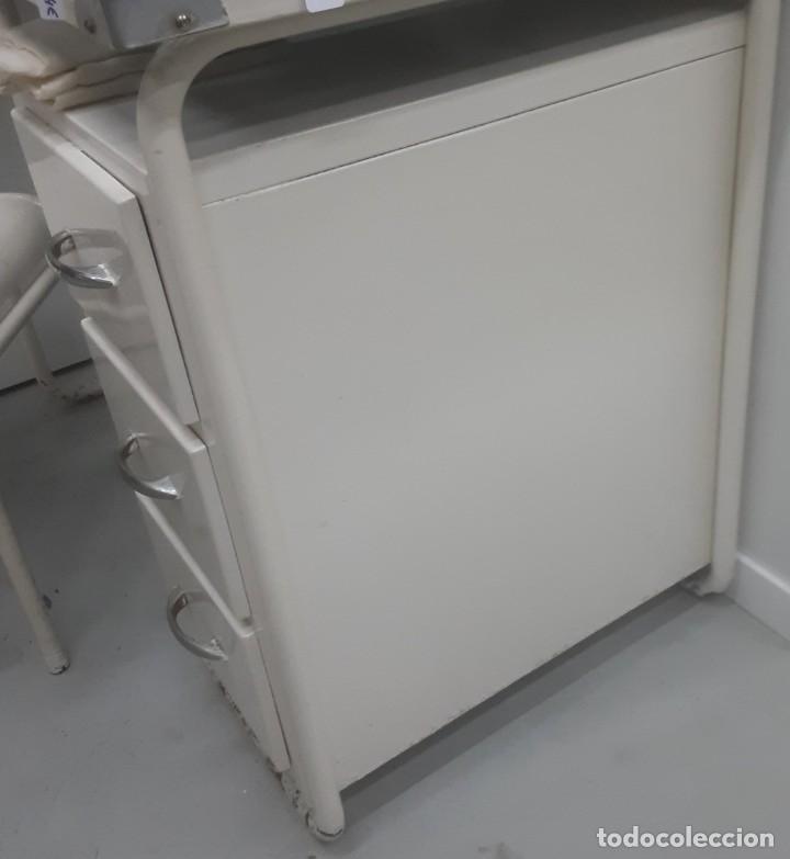 Antigüedades: Mesa de despacho médico. Años 50. Incluye silla metálica. - Foto 7 - 193829001