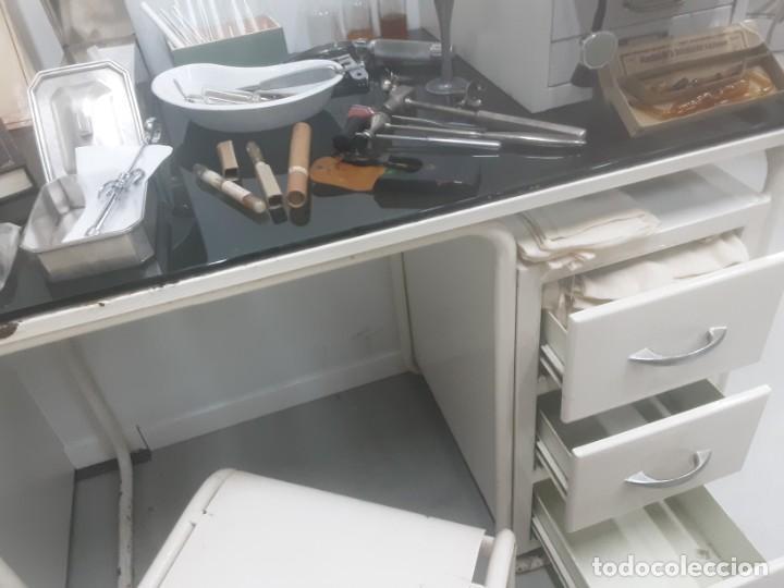 Antigüedades: Mesa de despacho médico. Años 50. Incluye silla metálica. - Foto 9 - 193829001