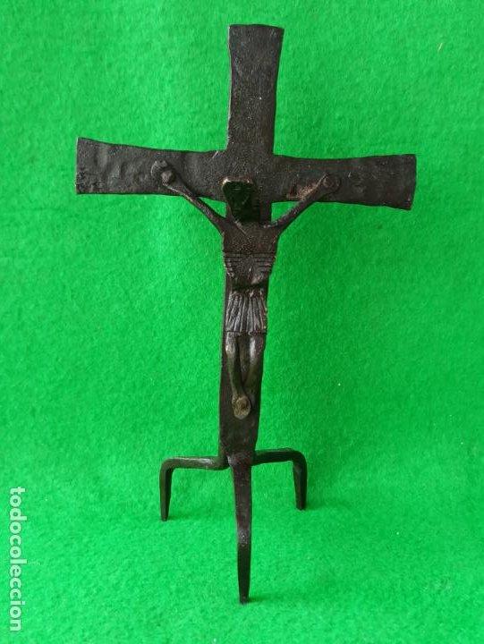 ANTIGUO CRUCIFIJO DE SOBREMESA EN FORJA (Antigüedades - Religiosas - Crucifijos Antiguos)