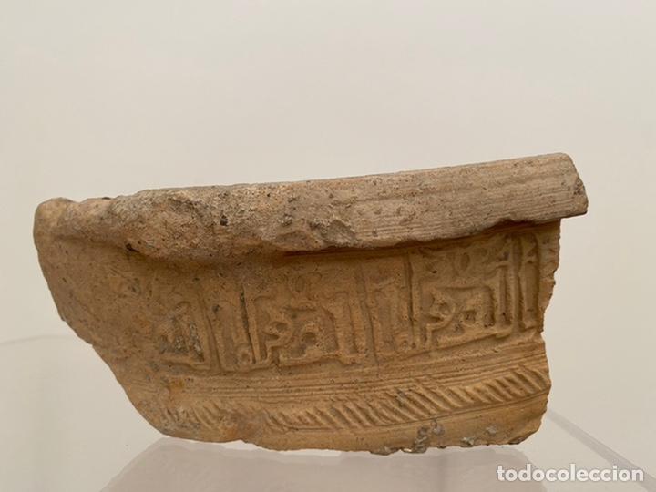 FRAGMENTO BROCAL NAZARI. AL ANDALUS. EPIGRAFÍA ARABE. (Antigüedades - Porcelanas y Cerámicas - Otras)