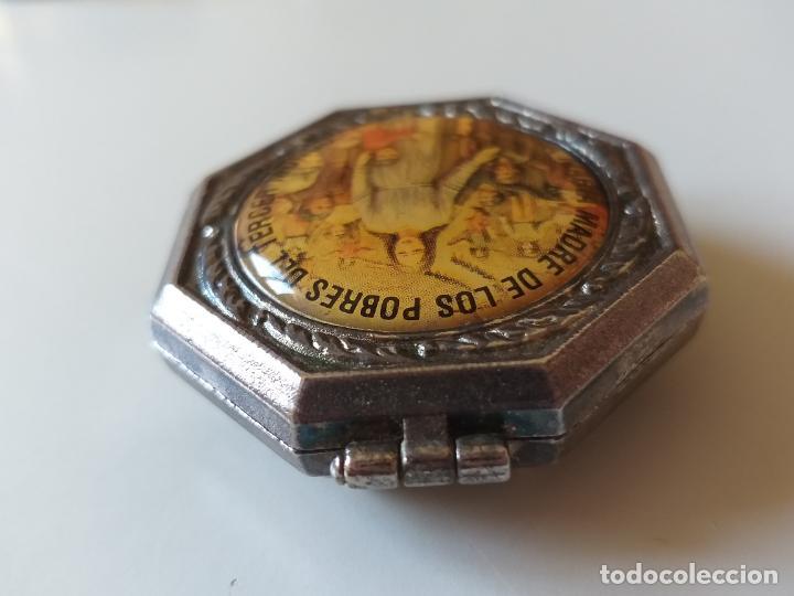 Antigüedades: Pequeña caja metálica. Pastillero antiguo. Imagen de Santa María madre de los pobres del Tercer Mund - Foto 4 - 193871898