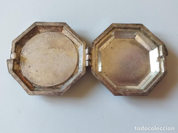 Antigüedades: Pequeña caja metálica. Pastillero antiguo. Imagen de Santa María madre de los pobres del Tercer Mund - Foto 5 - 193871898