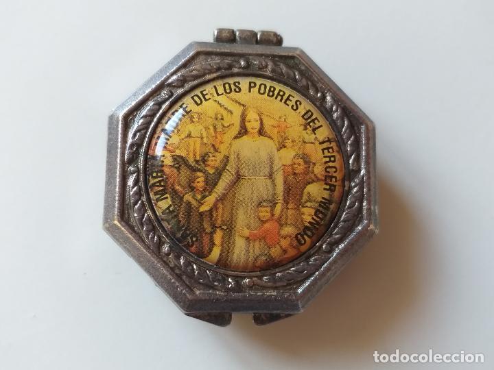 PEQUEÑA CAJA METÁLICA. PASTILLERO ANTIGUO. IMAGEN DE SANTA MARÍA MADRE DE LOS POBRES DEL TERCER MUND (Antigüedades - Hogar y Decoración - Cajas Antiguas)