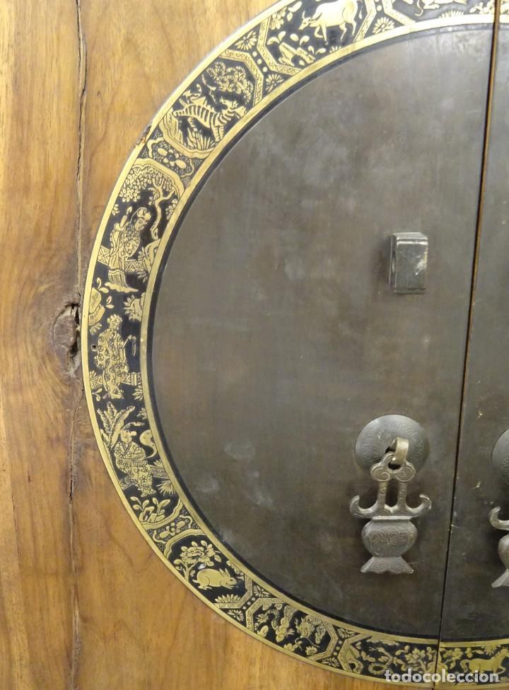 Antigüedades: Armario chino, S.XIX, en madera de olmo y bronce - Foto 23 - 193912053