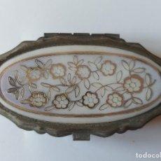 Antiquités: PEQUEÑA CAJA METÁLICA. COSTURERO. FLORES. CONTIENE HILO, ALFILER Y ENSARTADOR DE AGUJAS.. Lote 216956737