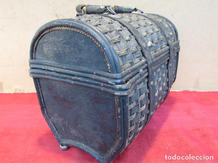 Antigüedades: Baul cesto en hierro madera y mimbre. Muy antiguo. Pequeño - Foto 2 - 193985555