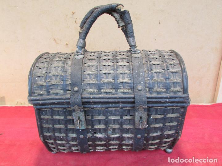 Antigüedades: Baul cesto en hierro madera y mimbre. Muy antiguo. Pequeño - Foto 3 - 193985555