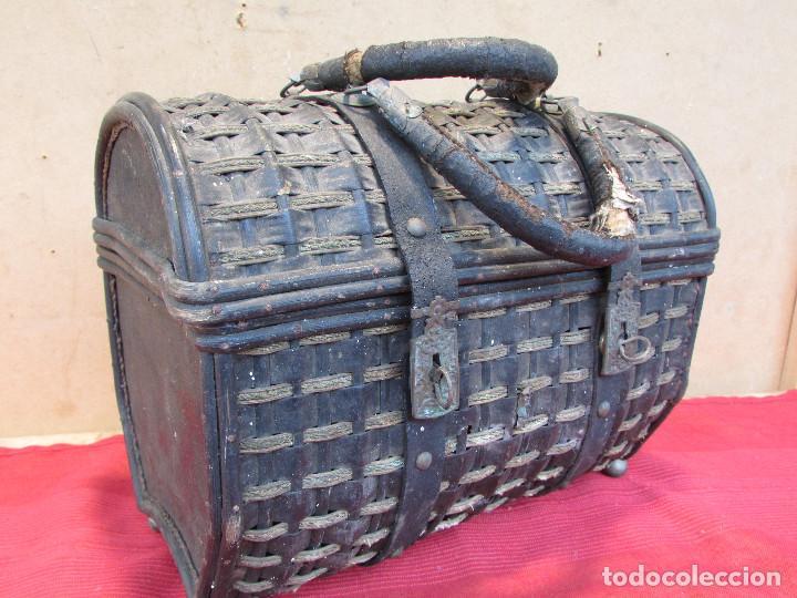 Antigüedades: Baul cesto en hierro madera y mimbre. Muy antiguo. Pequeño - Foto 4 - 193985555