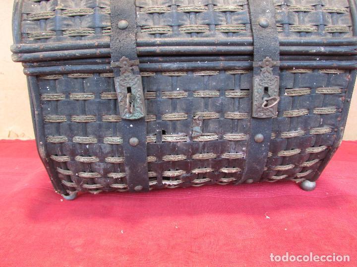 Antigüedades: Baul cesto en hierro madera y mimbre. Muy antiguo. Pequeño - Foto 5 - 193985555