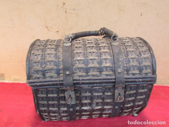 Antigüedades: Baul cesto en hierro madera y mimbre. Muy antiguo. Pequeño - Foto 6 - 193985555