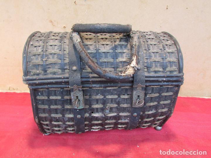Antigüedades: Baul cesto en hierro madera y mimbre. Muy antiguo. Pequeño - Foto 7 - 193985555