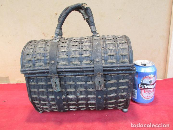 Antigüedades: Baul cesto en hierro madera y mimbre. Muy antiguo. Pequeño - Foto 8 - 193985555