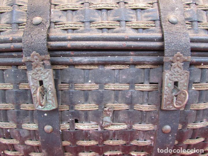 Antigüedades: Baul cesto en hierro madera y mimbre. Muy antiguo. Pequeño - Foto 9 - 193985555