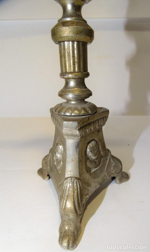 Antigüedades: CRUZ CON CRISTO DE MESA PLATEADA DE ORFEBRERÍA. BASE CON TRES PATAS. - Foto 4 - 194000670