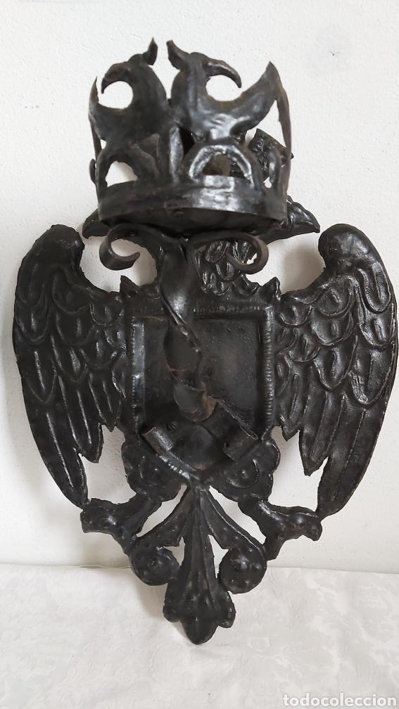 Antigüedades: ANTIGUOS APLIQUES DE CHAPA REPUJADA. ÁGUILA BICÉFALA. CORONA. CANDELABROS - Foto 2 - 194010715