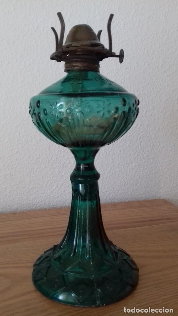 QUINQUÉ TALLADO EN VIDRIO COLOR VERDE. 27 CMS ALTO (Antigüedades - Iluminación - Quinqués Antiguos)