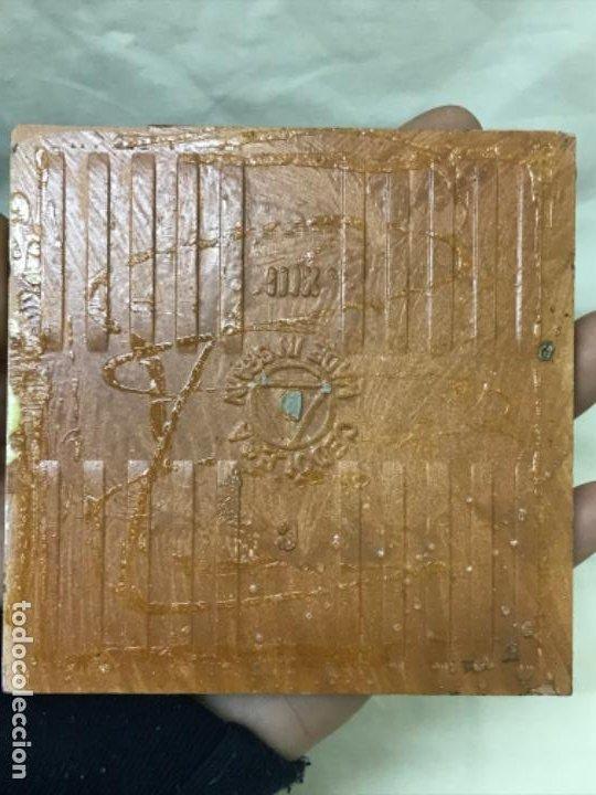 Antigüedades: Antiguo azulejo cedolesa oficio silleria mimbre pintado relieve con marco estaño ceramica valencia - Foto 8 - 194074183