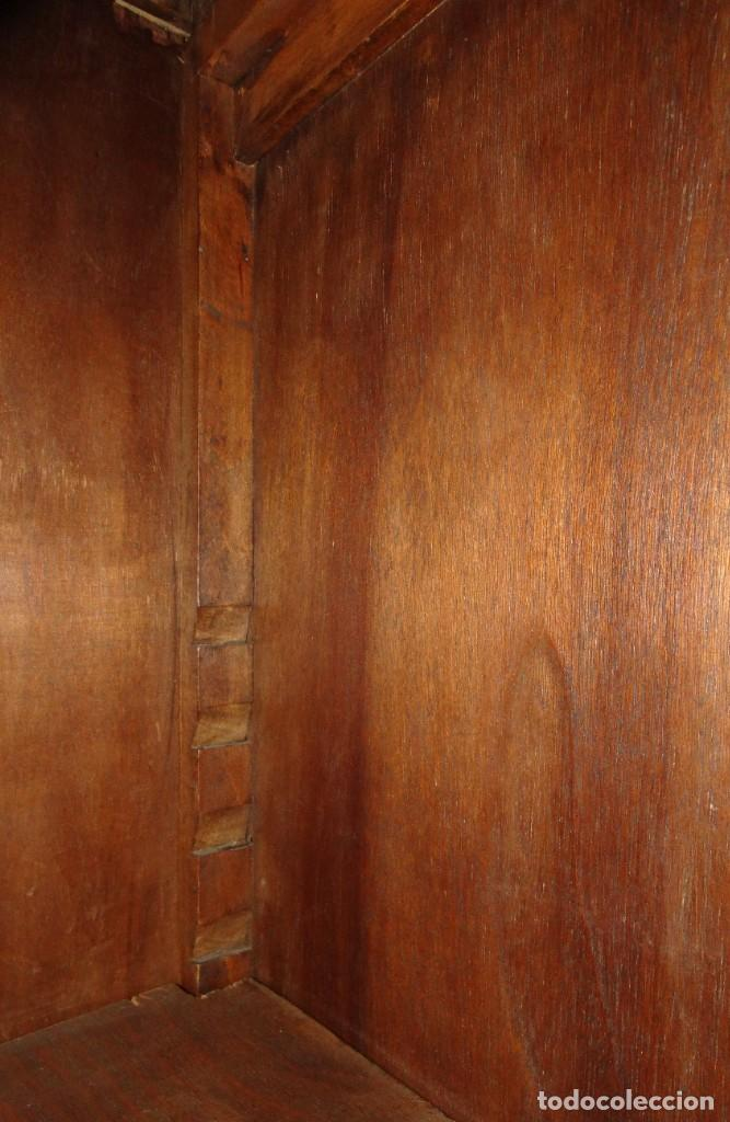 Antigüedades: DESPACHO ANTIGUO DE NOGAL MACIZO CON TALLAS ESCUDOS LIBRERÍA, MESA,SILLÓN, 2 SILLAS . VIDRIERAS - Foto 13 - 194075065